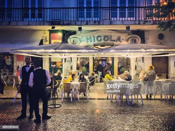 リスボン、ポルトガルの有名なニコラ ・ カフェ - フォゲイラ広場 ストックフォトと画像