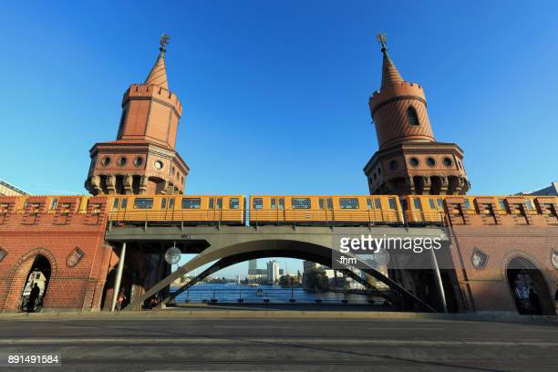 """famous oberbaumbrücke in berlin, with passing subway train with light installation """"rock, paper, scissors"""" by thorsten goldberg - オベルバウムブリュッケ ストックフォトと画像"""