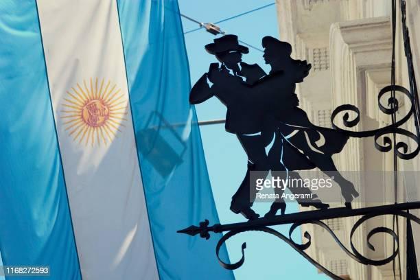 lugar famoso em buenos aires argentina, la boca, caminito com bandeira e símbolo do tango - buenos aires - fotografias e filmes do acervo