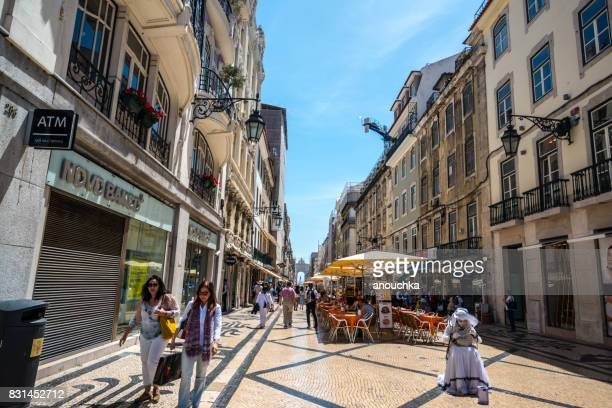 famosa rua augusta lleno de turistas en lisboa, portugal - rua fotografías e imágenes de stock