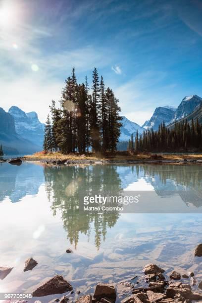 famous spirit island, jasper national park, canada - nationalpark stock-fotos und bilder