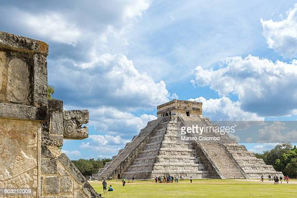 famous temple, with people, chichen itza, mexico - mexique photos et images de collection