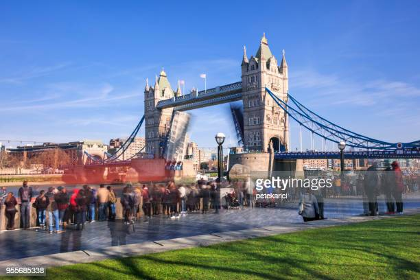 Célèbre Tower Bridge avec ouvrir la porte au soir, Londres, Angleterre, Royaume-Uni