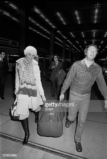 Famous US movie stars Ali Mac Graw and Steve McQueen arrive in France at the Orly airport 19 February 1973 Married together in 1973 they divorced in...