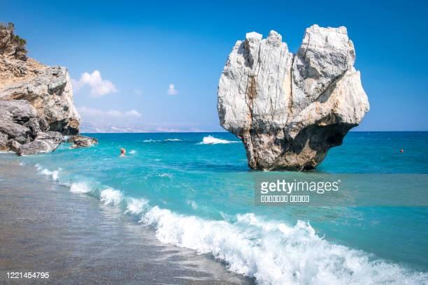 famous vertical rock on preveli beach in crete, greece - creta fotografías e imágenes de stock