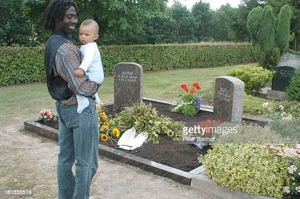 1 Fan an Grab mit Grabstein von Rudi Carrell und ExEhefrau Anke Kesselaar Baby 'Friedhof Heiligenfelde' Grabstein von Rudi und Anke Deutschland