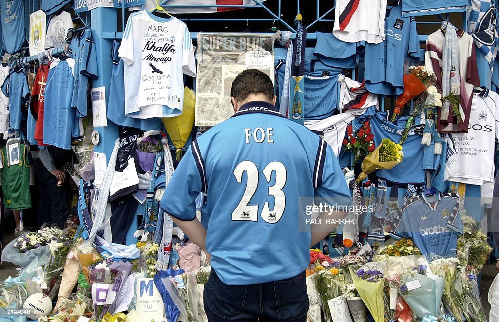 A fan looks 28 June 2003 at the floral t : News Photo