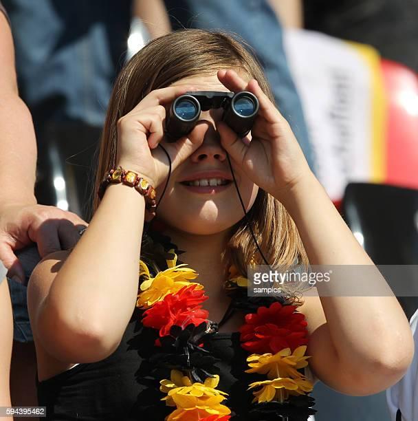 Fan mit Fernglas Frauenfussball Länderspiel Deutschland Nordkorea Korea DVR 20 am 21 5 2011