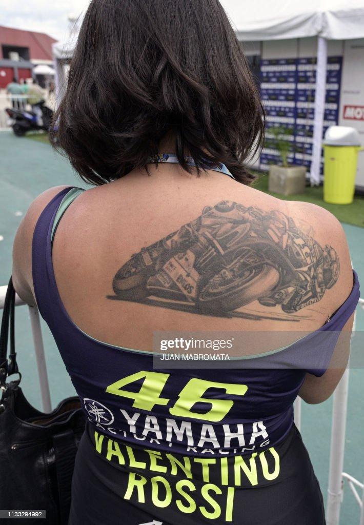 A Fan Of Yamaha S Italian Biker Valentino Rossi Shows A Tattoo News Photo Getty Images Tatoo motosikletçi kız yamaha motosikletler karizmatik dövmeler bisiklet dövme. a fan of yamaha s italian biker valentino rossi shows a tattoo news photo getty images