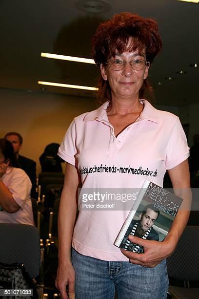 Fan von Mark Medlock Buchpräsentation Ehrlich auf der Frankfurter Buchmesse Frankfurt Deutschland Europa Buchvorstellung Autogramm schreiben geben...