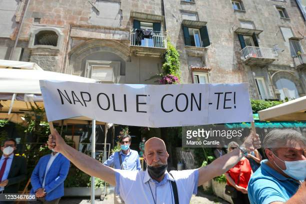 Fan, with a mask to protect himself from Covid-19, of the political leader of the 5 Star Movement, Giuseppe Conte, with a sign to support it.