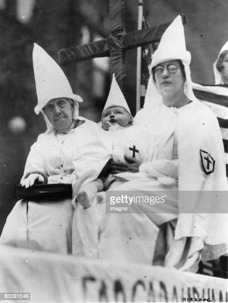 Fanatic members of the Ku-Klux-Klan, Photograph, October 26th 1925 [Fanatische Mitglieder des Ku-Klux-Klan, Photographie Oktober 1925]