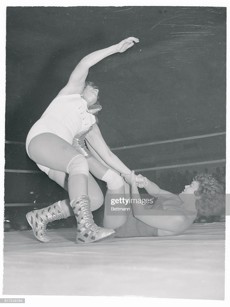 Two Woman Wrestling : News Photo