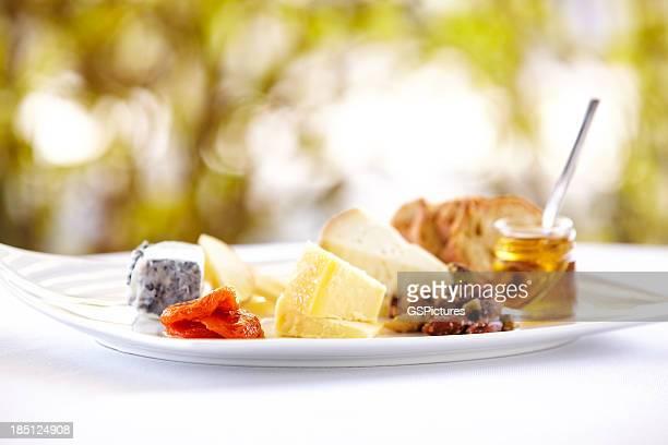 Lust auf eine Käseplatte mit Honig und Brot und im Freien