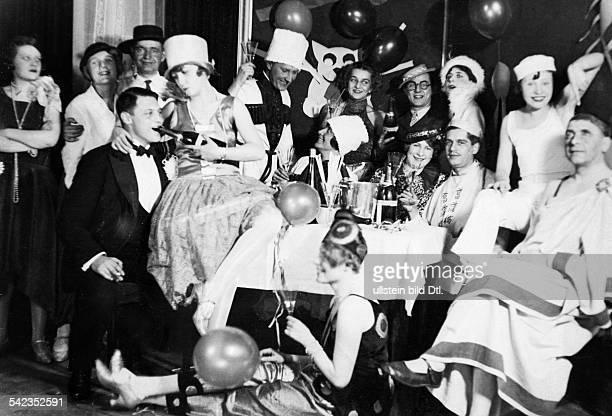 Fancy dress parties Group of people celebrating mardi gras at 'Kroll's' 1929 Vintage property of ullstein bild