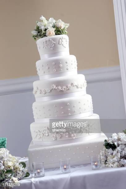 Fancy élégant Tall Grand gâteau blanc lors d'une réception de mariage