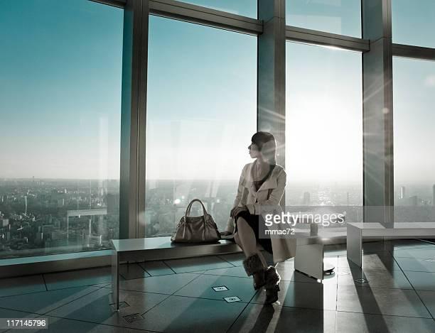 おしゃれな女性の現代建築のバックライト