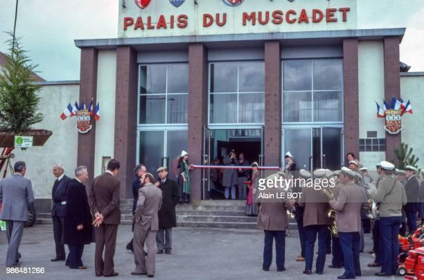 Fanfare devant le Palais du Muscadet lors d'une foire aux vins en 1982 à Vallet le 20 mars 1982 France