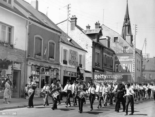 Fanfare défilant dans la rue dans un village du Loiret France