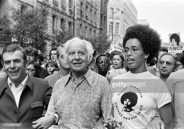 Fania Davis, accompagné de l'écrivain Louis Aragon , participe à une manifestation de soutien à sa soeur, Angela Davis, jeune militante noire...