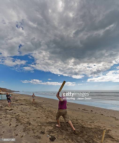 fanily playing cricket at beach - s0ulsurfing stock pictures, royalty-free photos & images