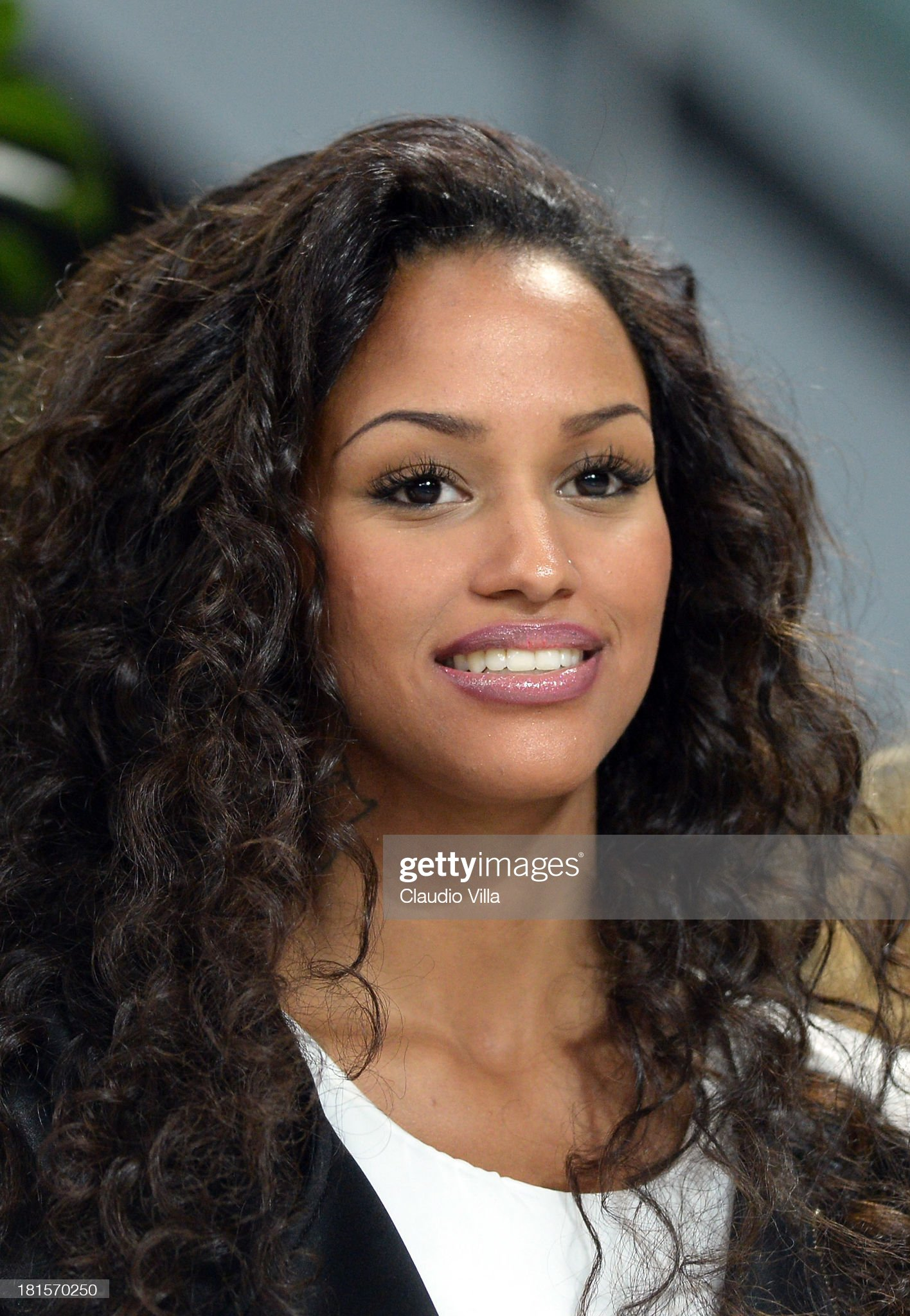 ¿Cuánto mide Fanny Neguesha? - Real height Fanny-neguesha-attends-the-serie-a-match-between-ac-milan-and-ssc-at-picture-id181570250?s=2048x2048