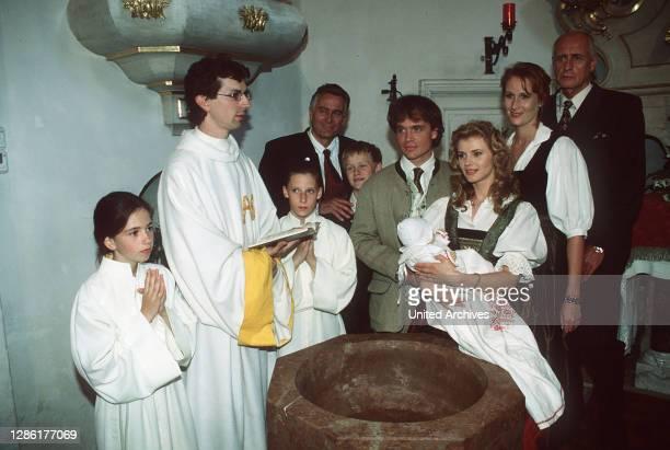 Fanny will ihre Ehe nicht aufs Spiel sezten, doch das unerwartete Auftauchen Philipps bei der feierlichen Taufe von Sissys und Georgs Tochter sorgt...