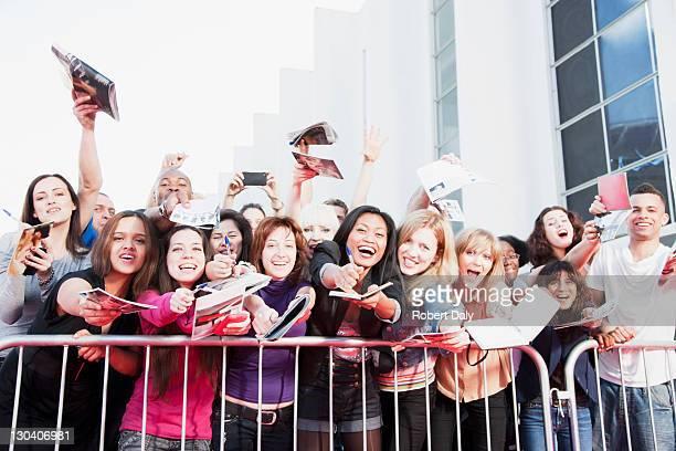 Die Fans fragen autographs hinter der Schranke