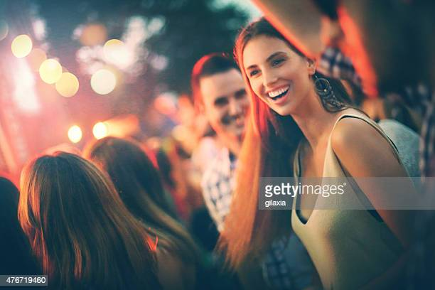 Fans beim Konzert.