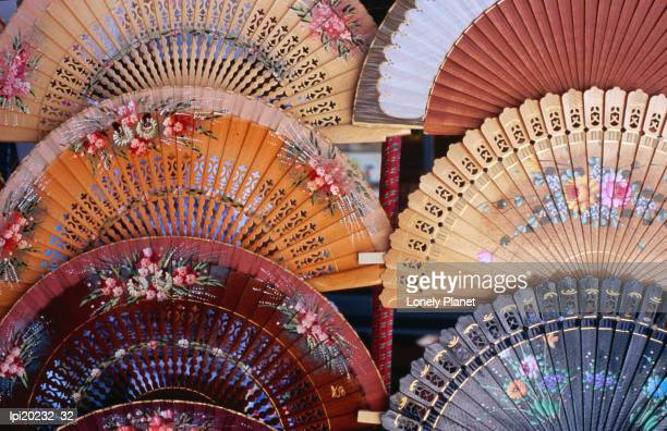 fans at stall, el rastro market, la latina, madrid, spain - el rastro stock pictures, royalty-free photos & images