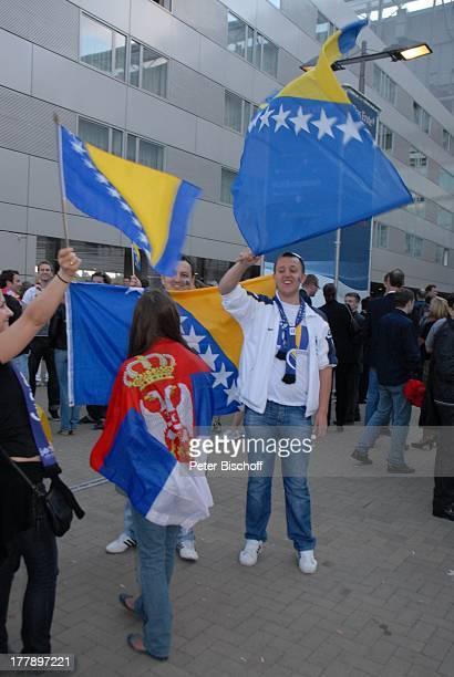 """Fans aus der Ukraine und Serbien mit Flaggen, vor Finale ARD-Musikshow """"Eurovision Song Contest 2011"""", """"Düsseldorf-Arena"""", Düsseldorf,..."""