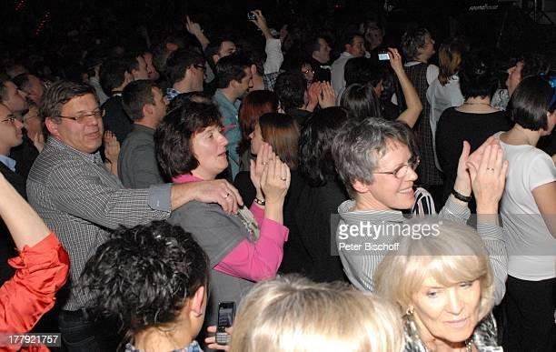 """Fans bei letztem Konzert der Abschieds-Tournee der Musikgruppe """"Die Flippers"""", """"SAP Arena"""", Mannheim, Baden-Württemberg, Deutschland, Europa,..."""