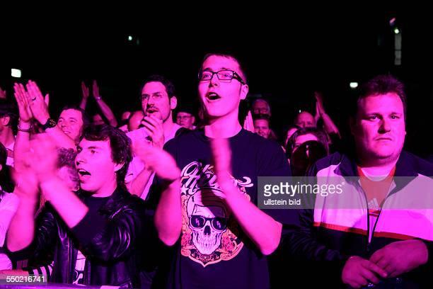 Fans beim Konzert der Mit freundlichen GrüßenTour des deutschen Sängers Heino mit einem Tour TShirt im EWerk Köln