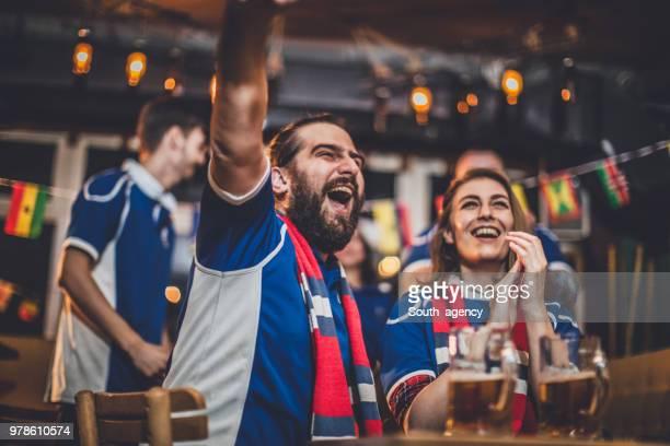 i tifosi tifano per la loro squadra - campionato sportivo foto e immagini stock