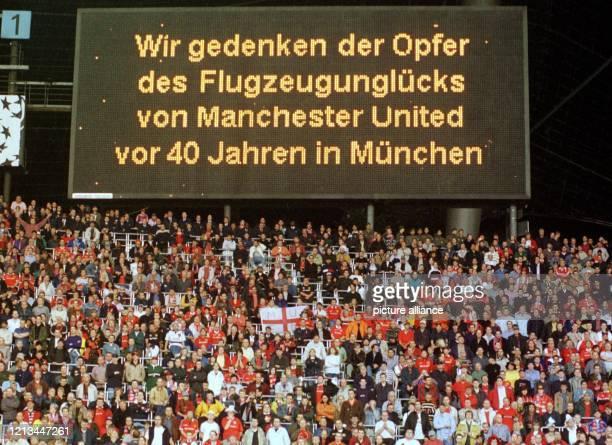 Fans des englischen Fussballvereins Manchester United erheben sich am vor Beginn der ChampionsLeagueBegegnung gegen den FC Bayern München zu einer...