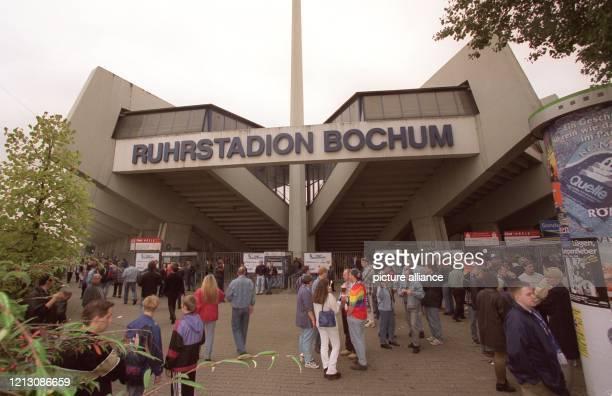 Fans des Fußball-Bundesligisten VfL Bochum sind am 19.9.1998 vor dem heimischen Ruhrstadion in Erwartung des Bundesligaspiels gegen Schalke 04, immer...