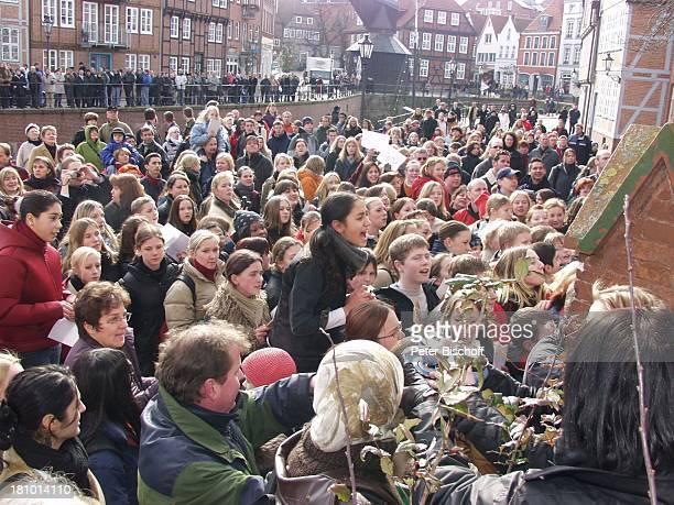 Fans FanGemeinde von Juliette Schoppmann während Eintrag in das Goldene Buch ihrer Heimatstadt Stade Stade 2722003vor dem Rathaus