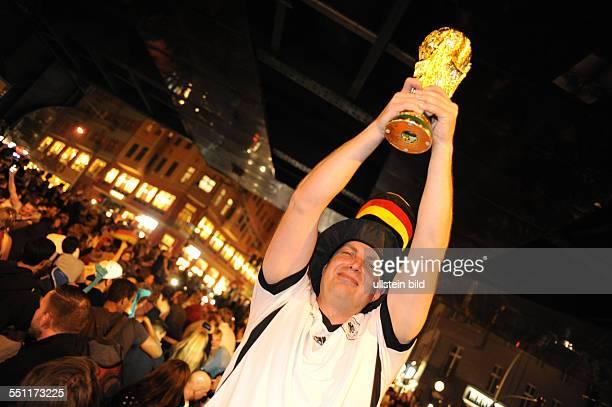 Fans feiern auf der Schönhauser Allee im Stadtteil Prenzlauer Berg den Sieg ihrer Mannschaft im HalbfinaleDeutschland Brasilien anlässlich der...