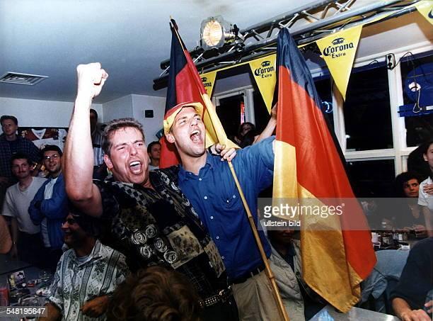 Fans feiern in der 'Sportsbar' in Berlin den Sieg der deutschen Nationalmannschaft bei der FussballEM in England