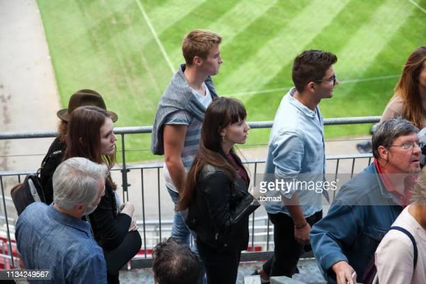 fans kommen auf ihre stadionsitze - liberty stadion stock-fotos und bilder