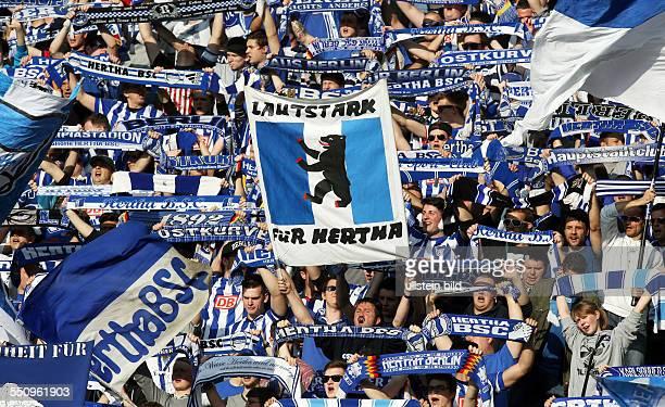 Fans Hertha BSC Fankurve Ostkurve Schals Aktion Fahnen Hertha BSC Berlin Bundesliga DFL Sport Fußball Fussball Olympiastadion Berlin Herren Saison...