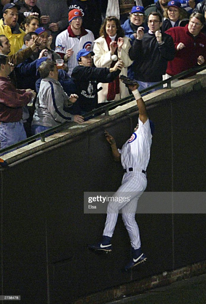 Fans interfere with catch by Alou : ニュース写真