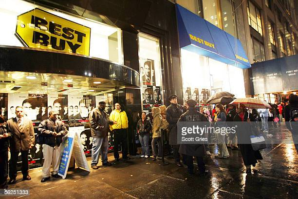 Fans line up in the rain before an autograph signing to celebrate the release of Usher's 'Truth Tour' DVD and his movie 'In The Mix' November 21 2005...