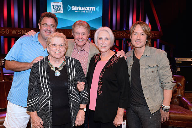 Photos et images de siriusxms town hall with the grand ole opry fans meet and greet recording artists after the siriusxm townhall with bill anderson vince gill m4hsunfo