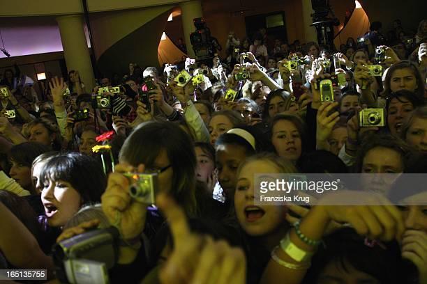 Fans Mit Kameras Beim Auftritt Von Miley Cyrus Im Goya In Berlin