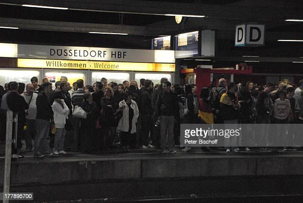 Fans nachts um 0230 Uhr am Bahnsteig nach Finale ARDMusikshow Eurovision Song Contest 2011 Düsseldorf NordrheinWestfalen Deutschland Europa...