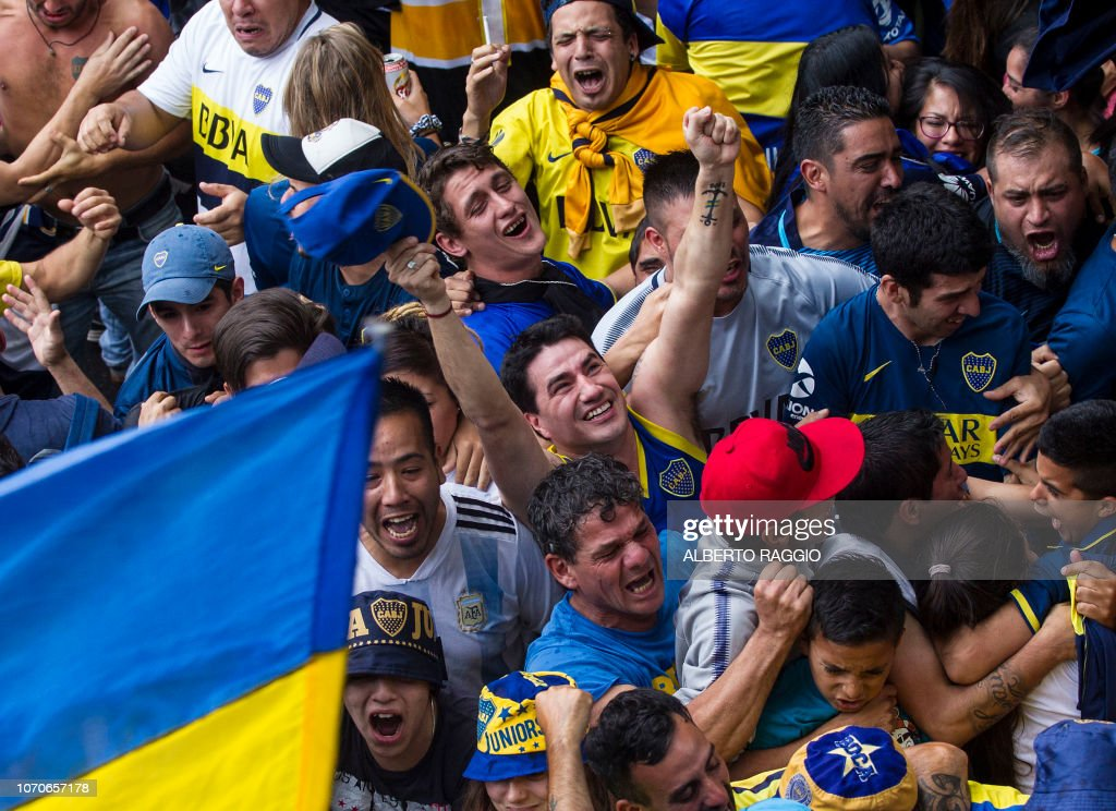FBL-LIBERTADORES-RIVER-BOCA-FANS : News Photo