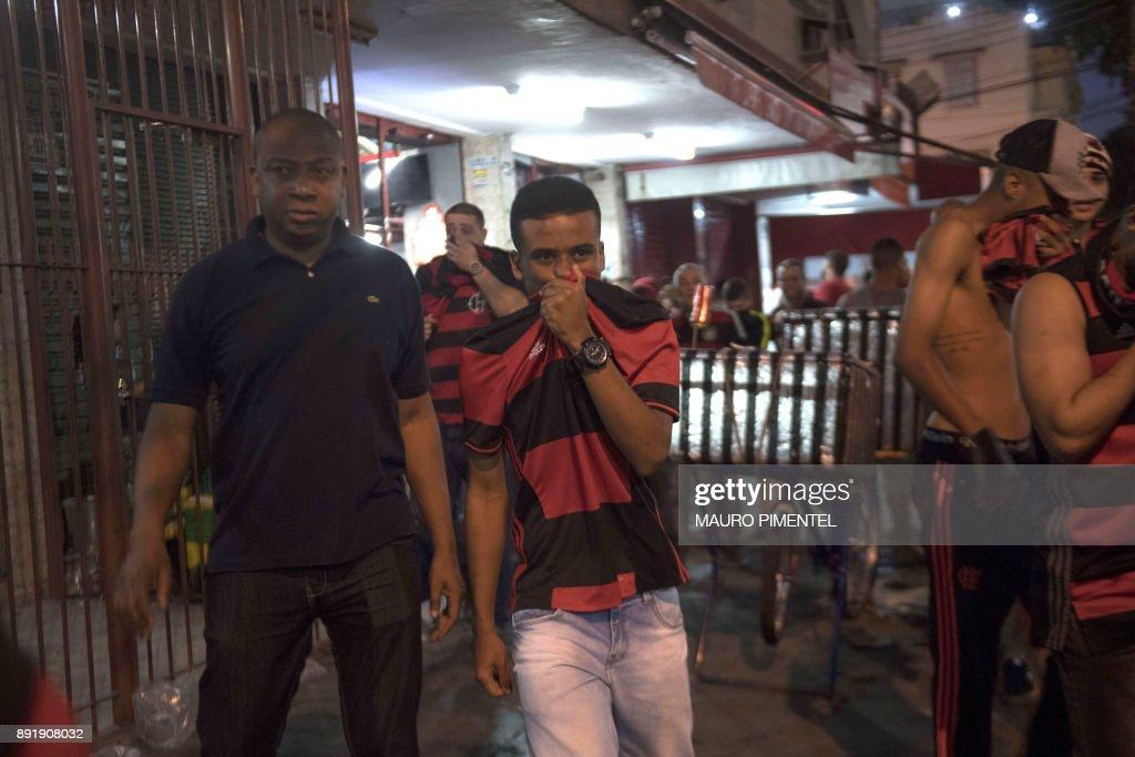 fans-of-brazils-flamengo-try-to-escape-t