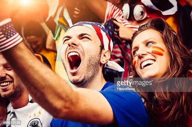 Freunde von verschiedenen Nationen im Stadion zusammen