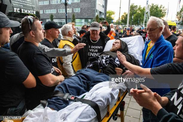 Fans of FC Emmen traveled by bike from Emmen to Almelo to support their friend Dennis who had a stroke. Dennis arrives with an ambulance at the...